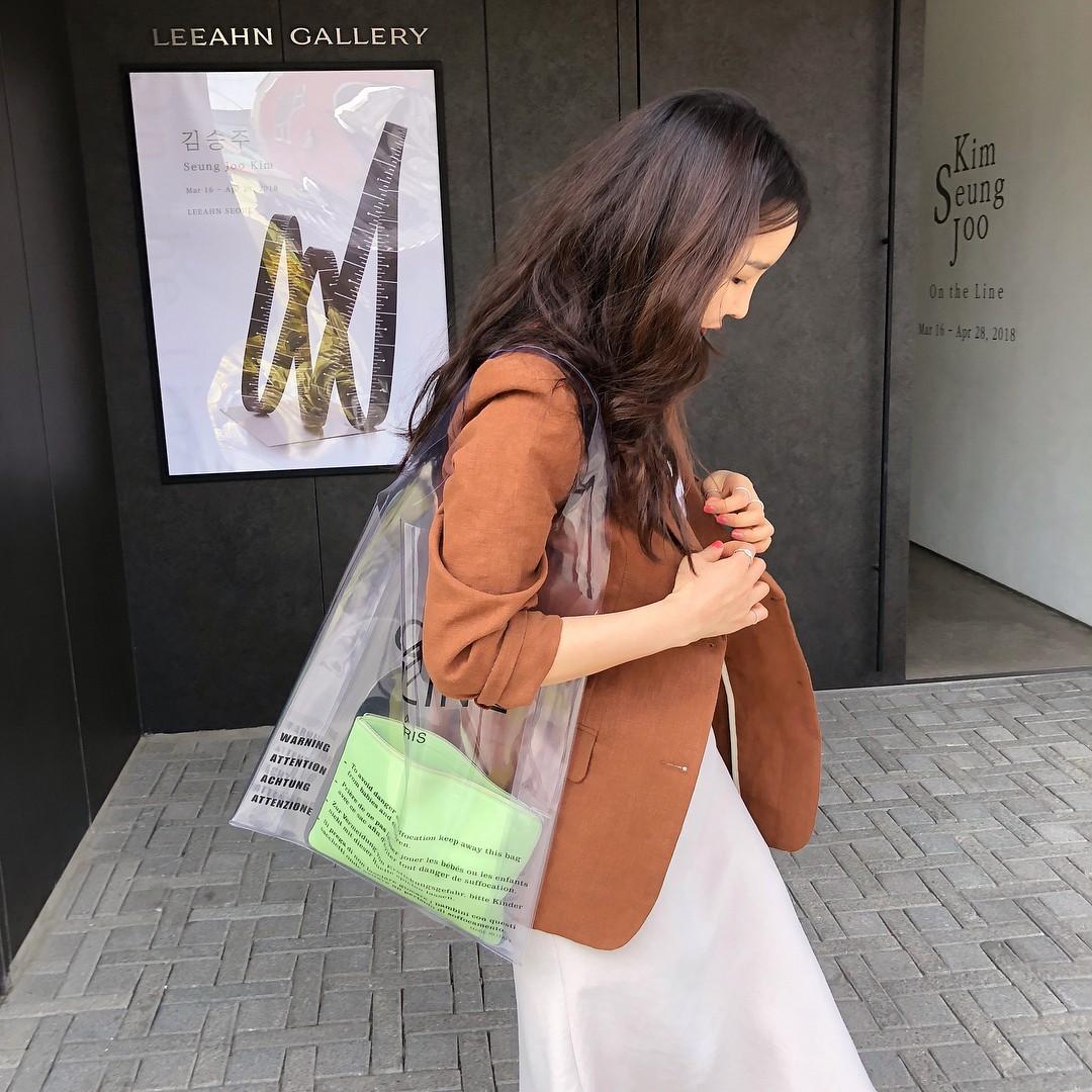 Túi trong suốt - kiểu túi xách độc đáo dành riêng cho thời tiết nắng mưa bất chợt của mùa hè - Hình 12
