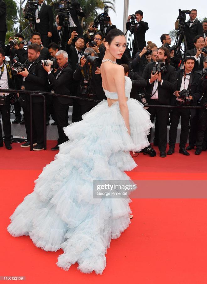 2 thái cực của 2 chân dài Victorias Secret Trung Quốc tại Cannes: Ming Xi như công chúa, Sui He phô phang đến bức người - Hình 3