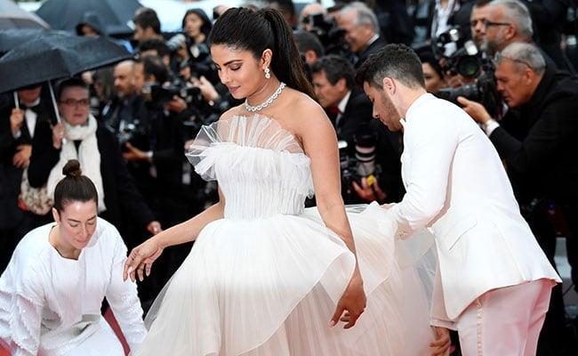Chồng trẻ nâng váy, che ô cho Hoa hậu Thế giới trên thảm đỏ Cannes - Hình 3