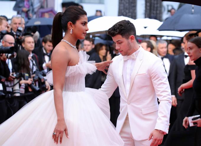 Chồng trẻ nâng váy, che ô cho Hoa hậu Thế giới trên thảm đỏ Cannes - Hình 2