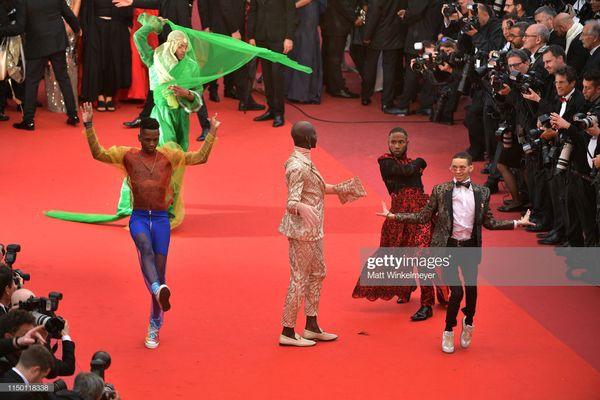 Đến thảm đỏ Cannes 2019 còn sở hữu những thảm họa tạo dáng lố lăng phản cảm - Hình 1