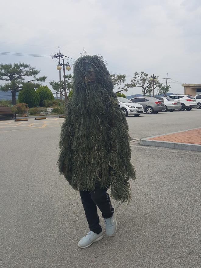 Đỉnh cao sáng tạo của nam sinh nghiện PUBG: Mua hẳn bộ giáp bằng cỏ để mặc chống nắng nóng! - Hình 2