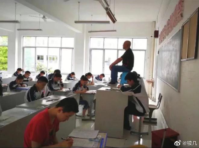 Quá mệt mỏi với những mánh khoé thi cử, thầy giáo bê hẳn ghế lên bàn ngồi coi thi như một vị thần khiến học trò sợ xanh mặt - Hình 2