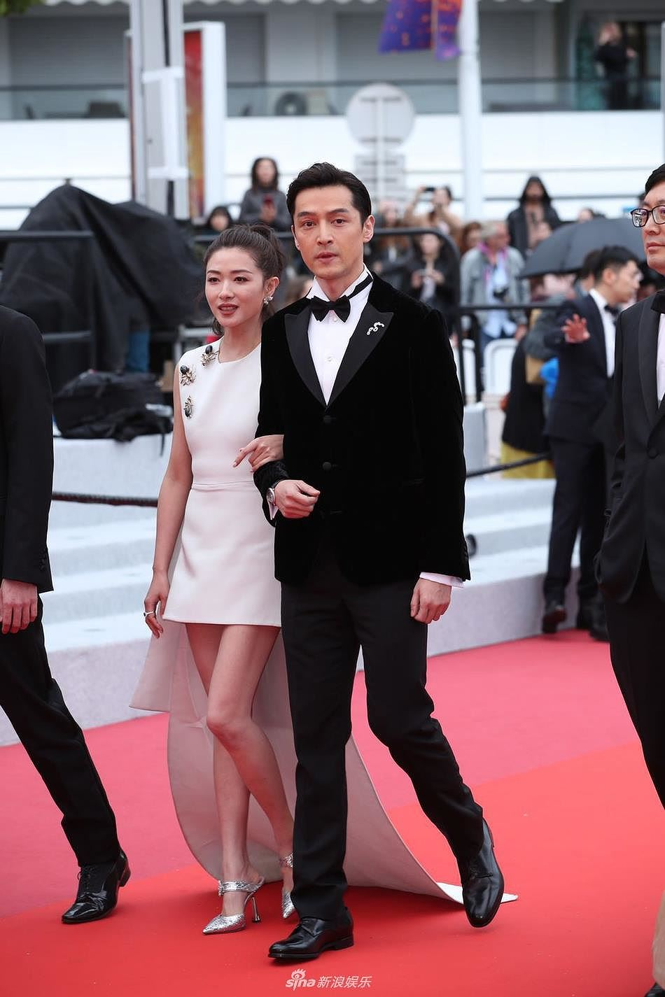 Siêu mẫu đồ nhỏ mặc như không, dàn nam vũ công quằn quại trên thảm đỏ Cannes - Hình 1