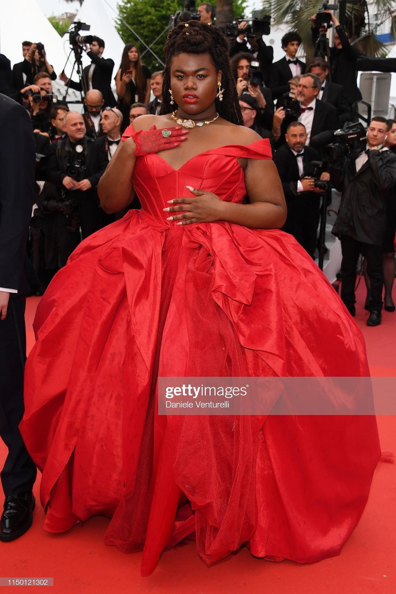 Siêu mẫu đồ nhỏ mặc như không, dàn nam vũ công quằn quại trên thảm đỏ Cannes - Hình 30