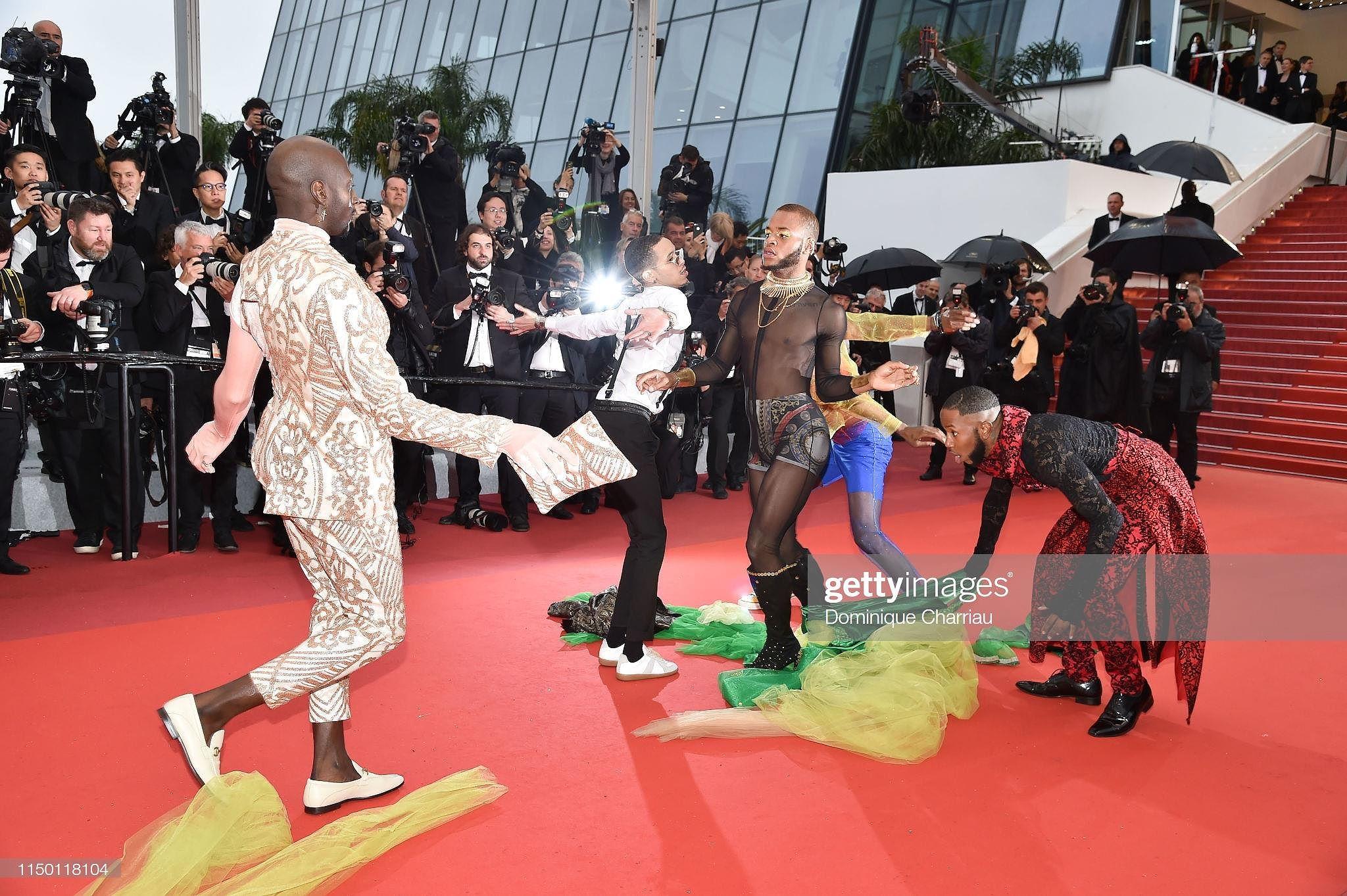 Siêu mẫu đồ nhỏ mặc như không, dàn nam vũ công quằn quại trên thảm đỏ Cannes - Hình 18