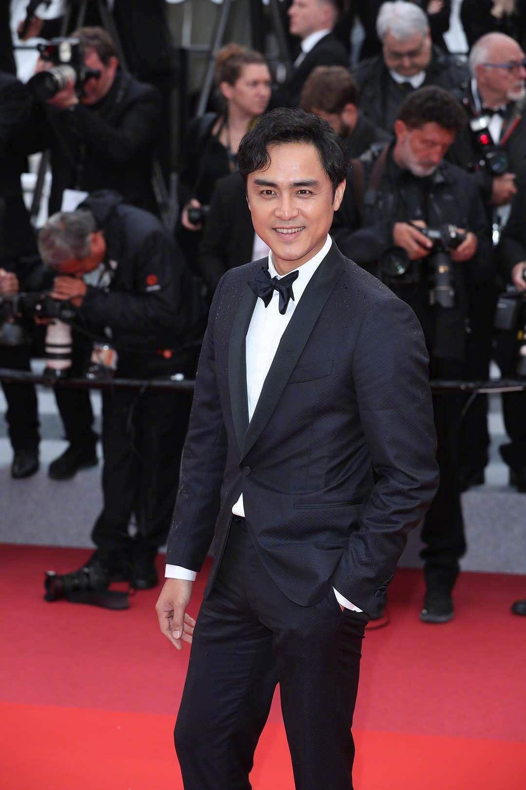 Siêu mẫu đồ nhỏ mặc như không, dàn nam vũ công quằn quại trên thảm đỏ Cannes - Hình 7