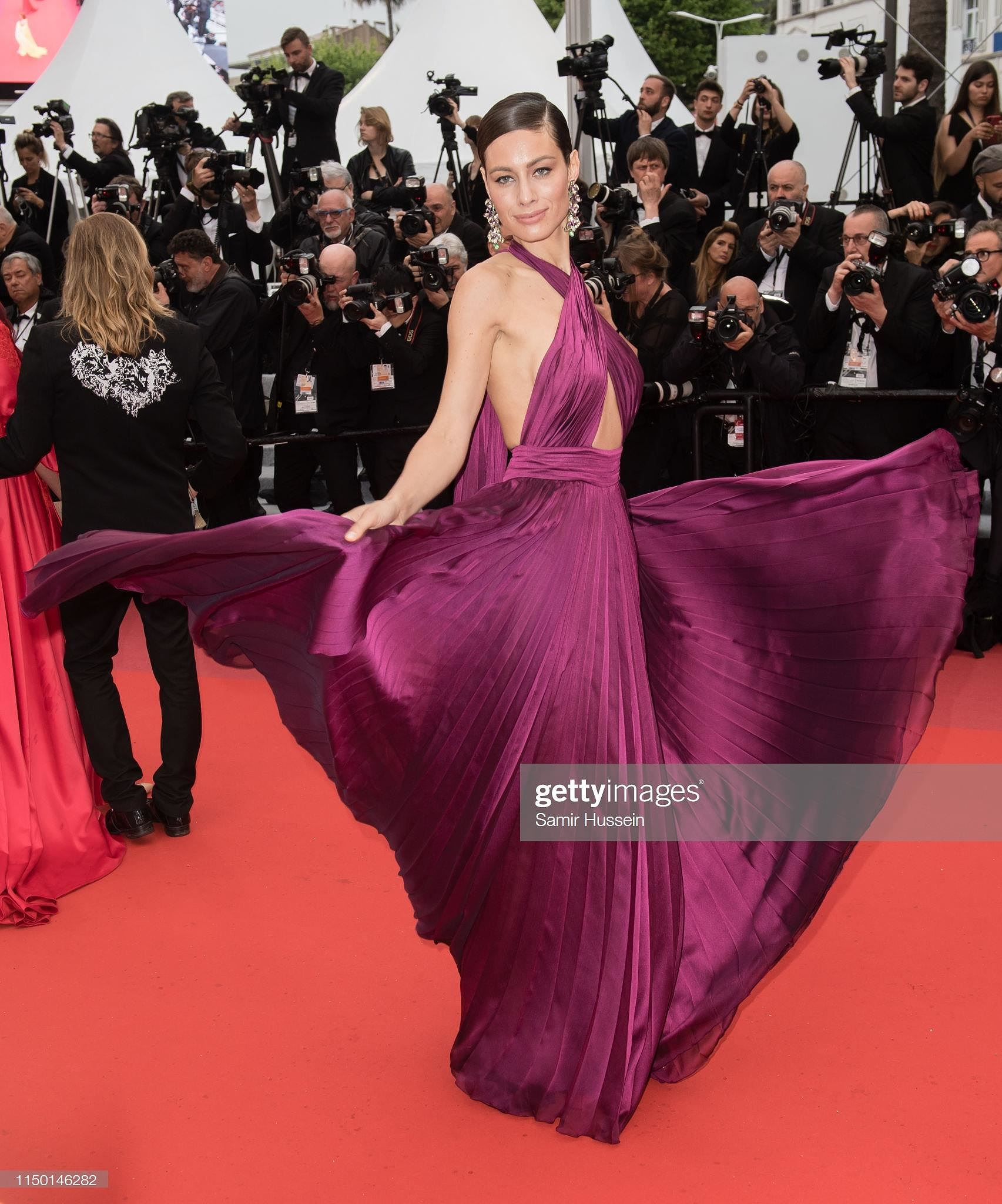 Siêu mẫu đồ nhỏ mặc như không, dàn nam vũ công quằn quại trên thảm đỏ Cannes - Hình 9