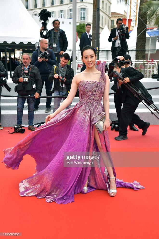 Thảm đỏ Cannes nhường spotlight cho Nick Jonas cung phụng Hoa hậu, Sui He gây sốc như không mặc gì - Hình 20