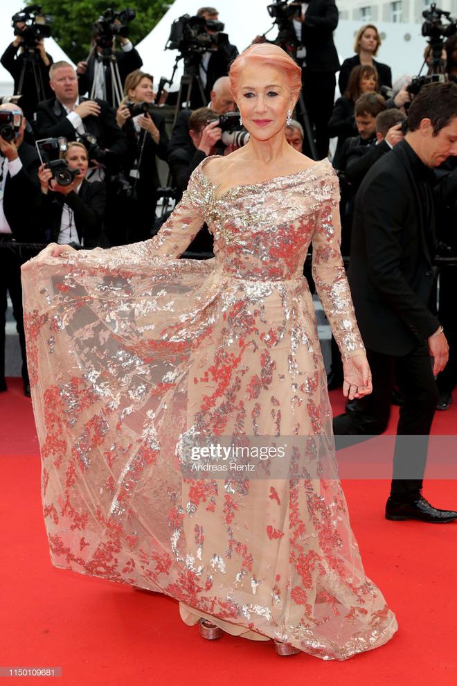 Thảm đỏ Cannes nhường spotlight cho Nick Jonas cung phụng Hoa hậu, Sui He gây sốc như không mặc gì - Hình 34