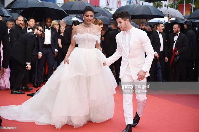 Thảm đỏ Cannes nhường spotlight cho Nick Jonas cung phụng Hoa hậu, Sui He gây sốc như không mặc gì - Hình 1