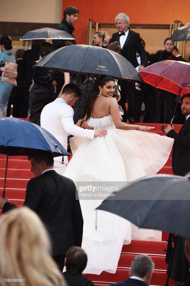 Thảm đỏ Cannes nhường spotlight cho Nick Jonas cung phụng Hoa hậu, Sui He gây sốc như không mặc gì - Hình 5