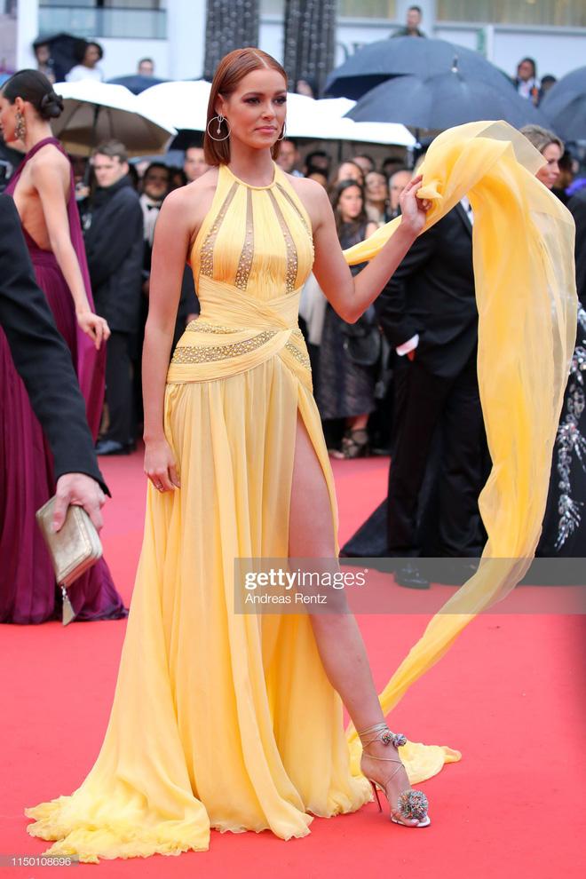 Thảm đỏ Cannes nhường spotlight cho Nick Jonas cung phụng Hoa hậu, Sui He gây sốc như không mặc gì - Hình 31