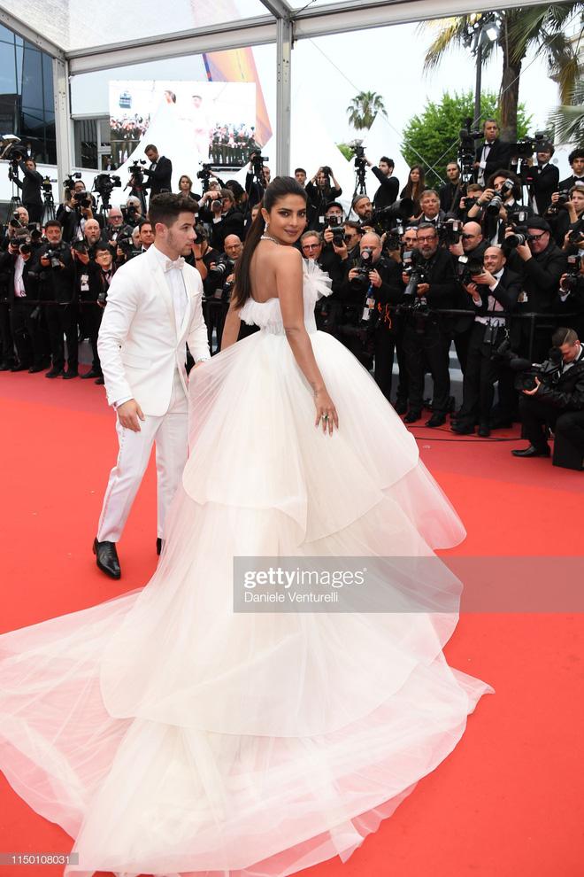 Thảm đỏ Cannes nhường spotlight cho Nick Jonas cung phụng Hoa hậu, Sui He gây sốc như không mặc gì - Hình 3
