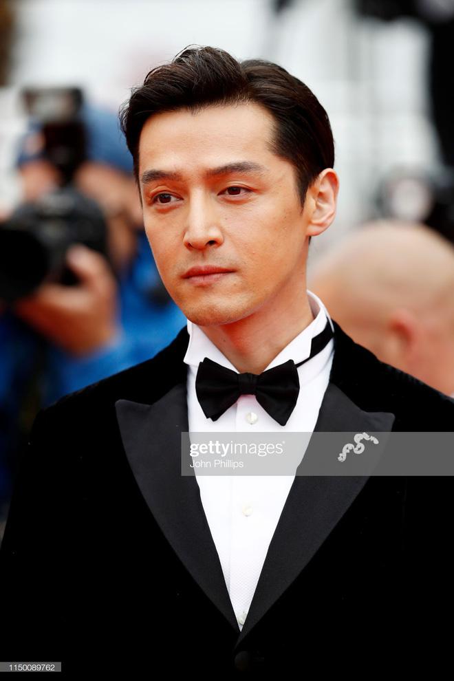 Thảm đỏ Cannes nhường spotlight cho Nick Jonas cung phụng Hoa hậu, Sui He gây sốc như không mặc gì - Hình 26