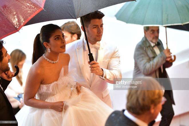 Thảm đỏ Cannes nhường spotlight cho Nick Jonas cung phụng Hoa hậu, Sui He gây sốc như không mặc gì - Hình 10