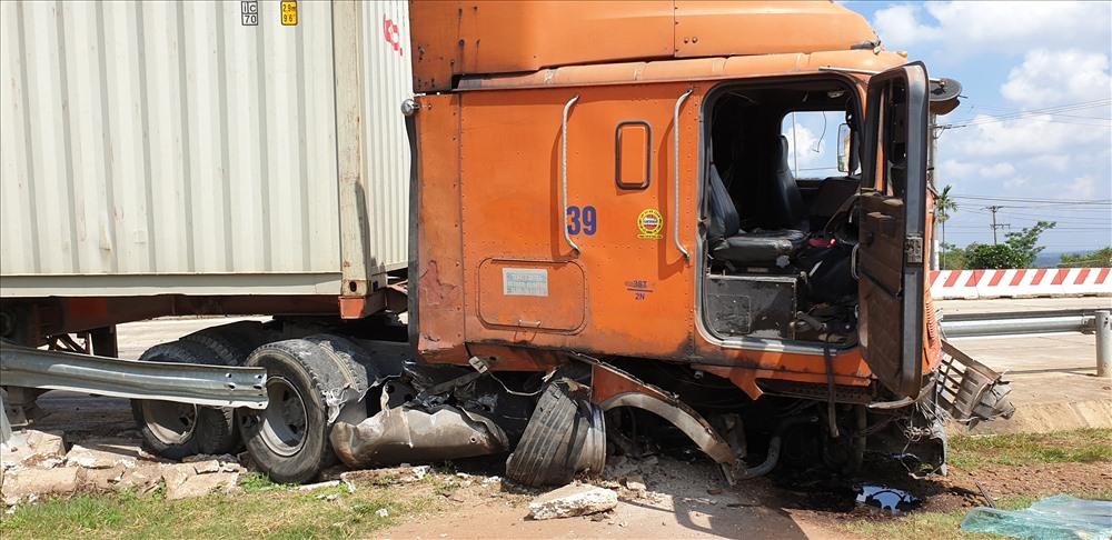 Xe container đâm xe ôtô trước trạm BOT, 2 người nguy kịch - Hình 1