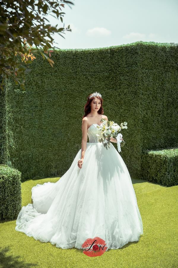 Xuất hiện tại Lookbook của Love Wedding, Jolie Nguyễn hóa nàng công chúa khiến fan đứng ngồi không yên - Hình 2