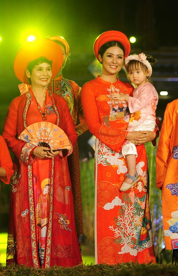 Ngọc Hân bế con gái Hồng Quế lên sân khấu - Hình 2