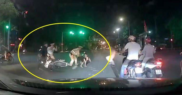 Clip: CSGT tung cước hạ gục 2 thanh niên cố tình ăn vạ để thông chốt 141 - Hình 1