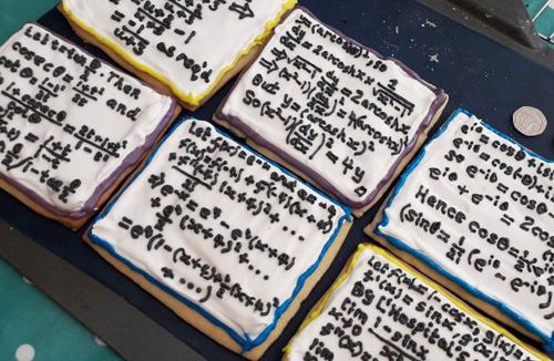 Cô giáo Anh tặng học sinh bánh quy trang trí công thức toán - Hình 1