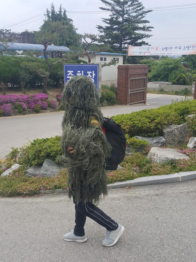 Độc đáo như fan PUBG: làm hẳn bộ đồ cỏ ngoài đời thực để sinh tồn giữa nắng nóng - Hình 1