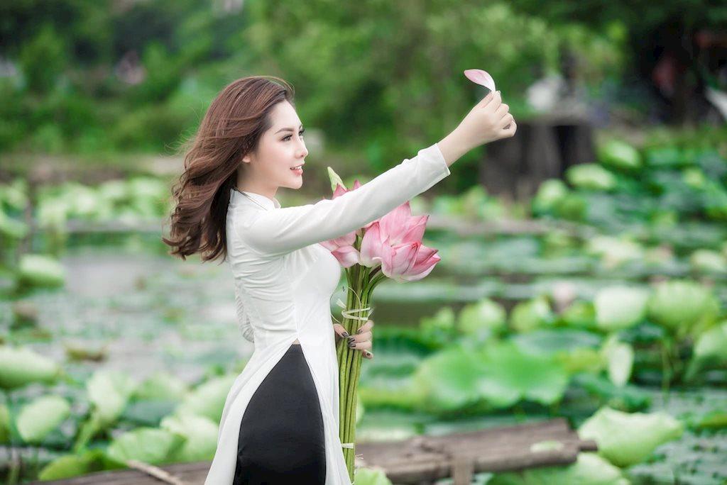 Hot girl Mai Ngọc Anh đẹp mê hồn bên đầm sen đầu hạ - Hình 6