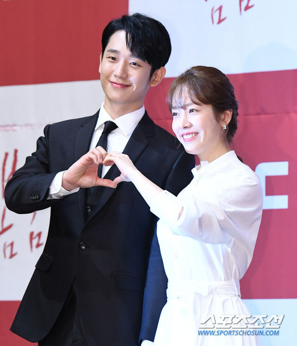 Jung Hae In nắm tay chị đẹp Han Ji Min tại họp báo Spring Night - Hình 13