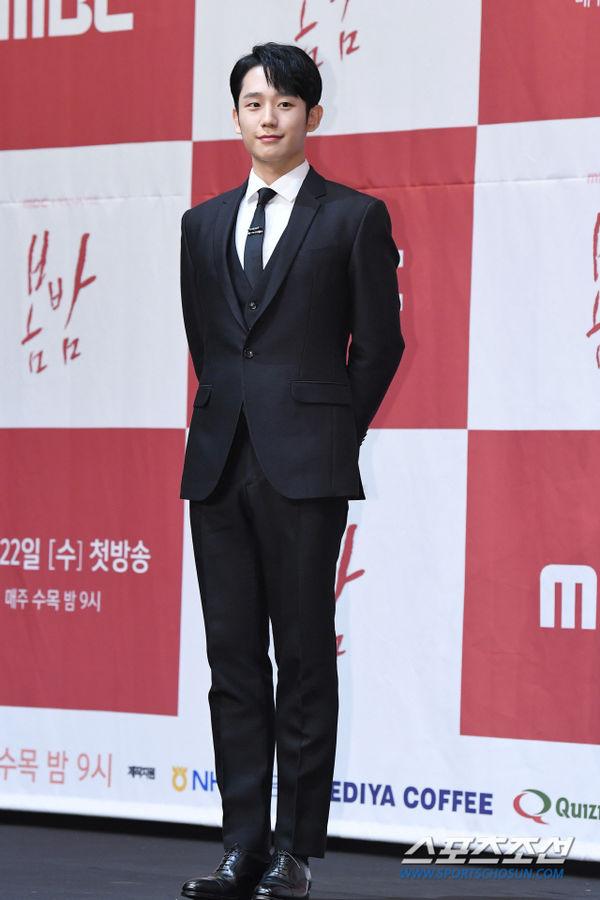 Jung Hae In nắm tay chị đẹp Han Ji Min tại họp báo Spring Night - Hình 4