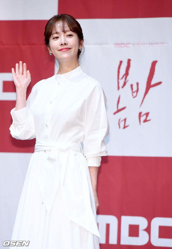 Jung Hae In nắm tay chị đẹp Han Ji Min tại họp báo Spring Night - Hình 3