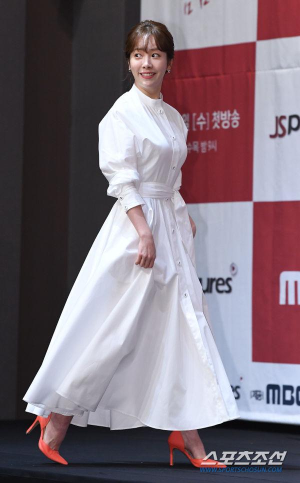 Jung Hae In nắm tay chị đẹp Han Ji Min tại họp báo Spring Night - Hình 1