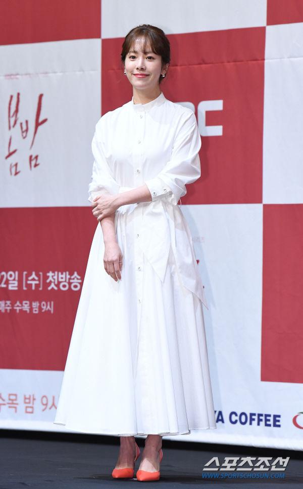 Jung Hae In nắm tay chị đẹp Han Ji Min tại họp báo Spring Night - Hình 2