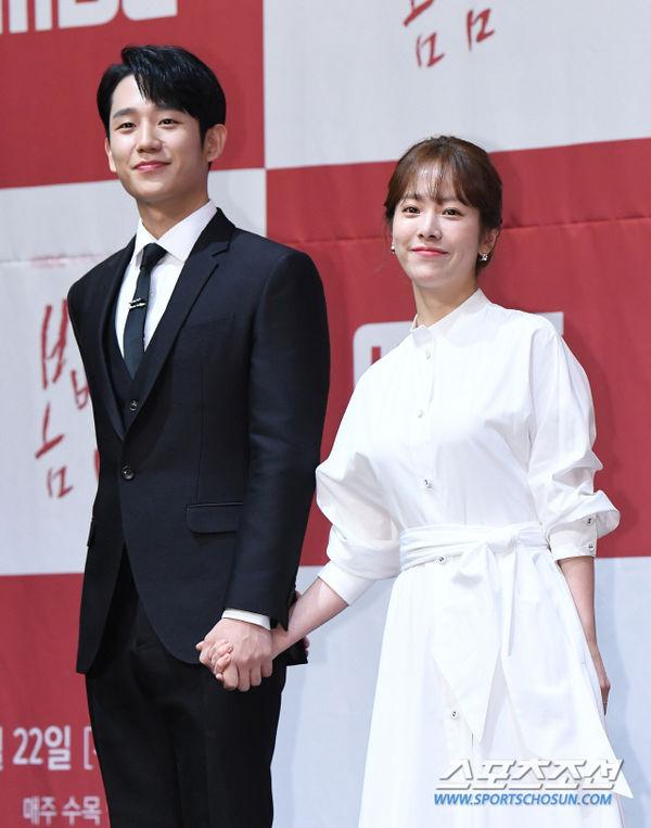 Jung Hae In nắm tay chị đẹp Han Ji Min tại họp báo Spring Night - Hình 12