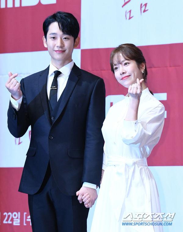Jung Hae In nắm tay chị đẹp Han Ji Min tại họp báo Spring Night - Hình 14