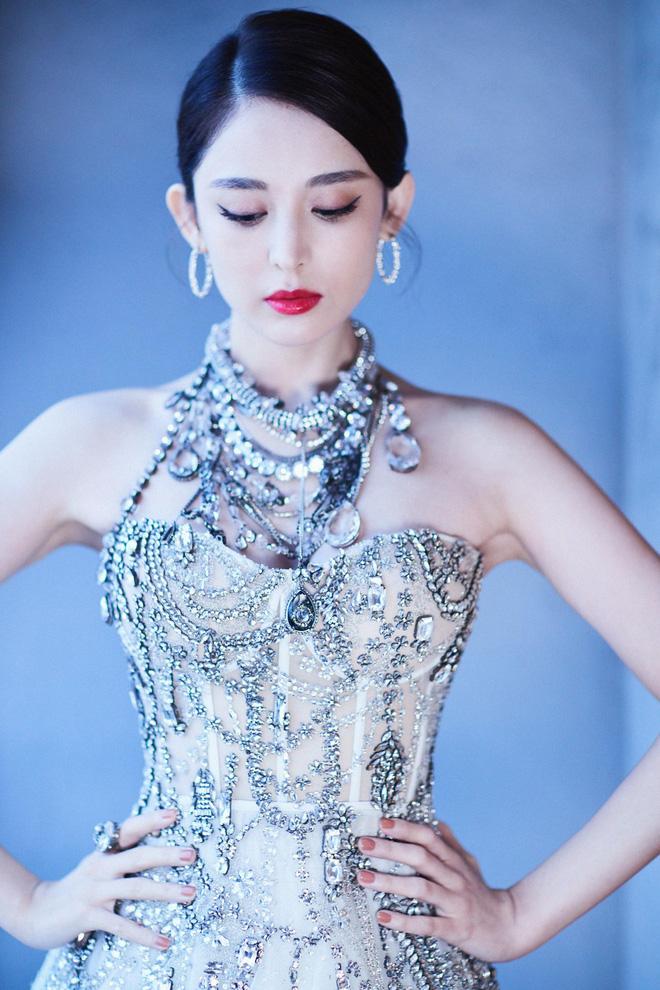 Mỹ nhân bị nhầm với Ngọc Trinh: Nàng công chúa Hoa ngữ đẹp ná thở tại Cannes bất chấp ảnh không photoshop - Hình 24