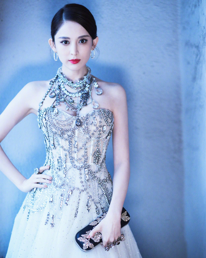 Mỹ nhân bị nhầm với Ngọc Trinh: Nàng công chúa Hoa ngữ đẹp ná thở tại Cannes bất chấp ảnh không photoshop - Hình 23