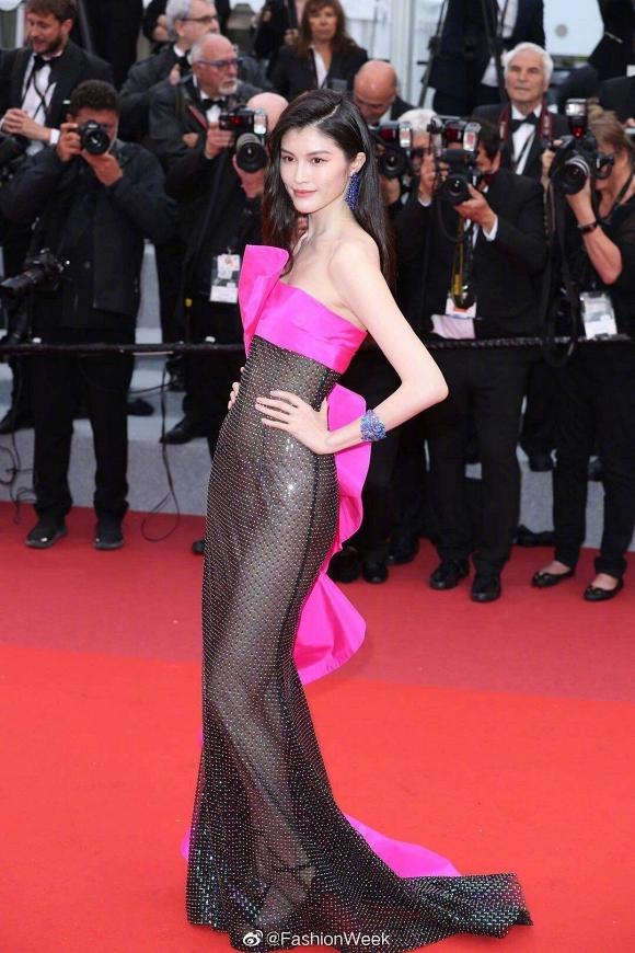 Ngoài Ngọc Trinh, đây là những chiếc váy gây sốc nhất lịch sử thảm đỏ LHP Cannes, có bộ còn hở 80-90% cơ thể - Hình 16