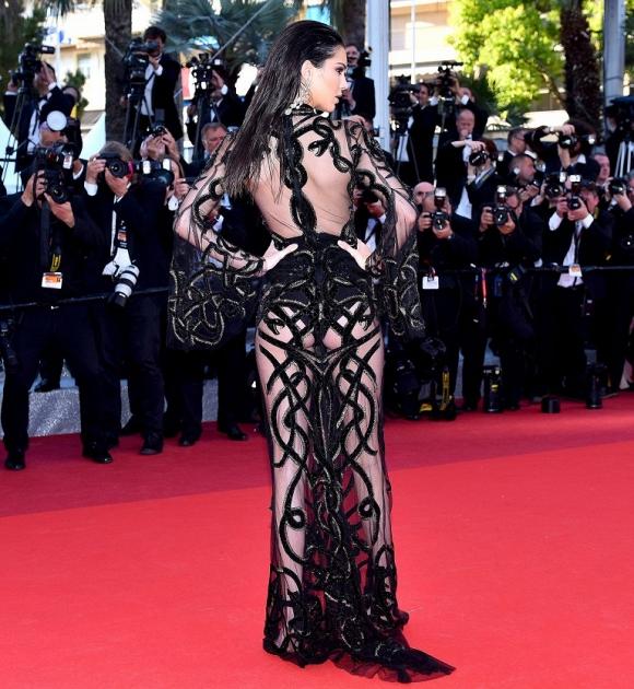 Ngoài Ngọc Trinh, đây là những chiếc váy gây sốc nhất lịch sử thảm đỏ LHP Cannes, có bộ còn hở 80-90% cơ thể - Hình 5