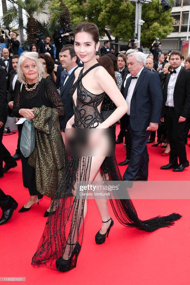 Ngọc Trinh lần đầu đi thảm đỏ Cannes đã gây sốc với trang phục hở bạo nhức mắt, khoe cơ thể quá đà - Hình 1