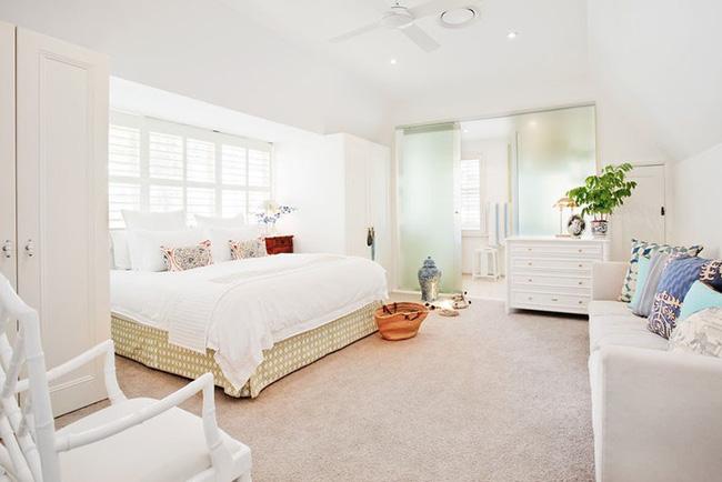 Nhẹ nhàng, đơn giản là thế nhưng một phòng ngủ đơn sắc trắng vẫn là niềm yêu thích của biết bao chị em - Hình 13