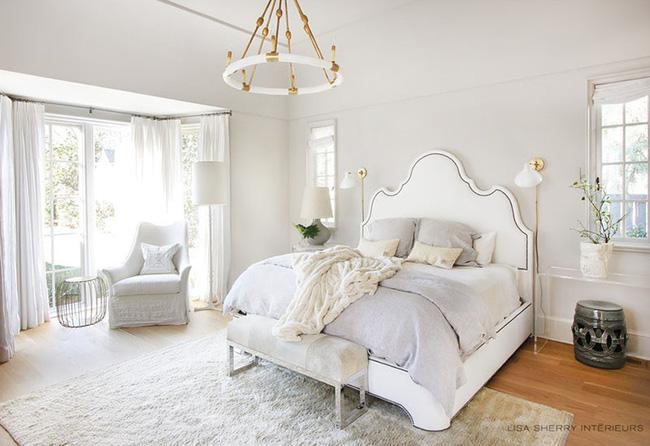 Nhẹ nhàng, đơn giản là thế nhưng một phòng ngủ đơn sắc trắng vẫn là niềm yêu thích của biết bao chị em - Hình 1