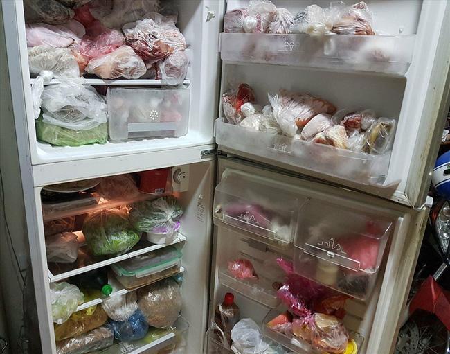 Nhìn chiếc tủ lạnh với bình sữa của con nằm bơ vơ giữa bốn bề đồ ăn, nhiều người đoán ngay tính cách người mẹ - Hình 4