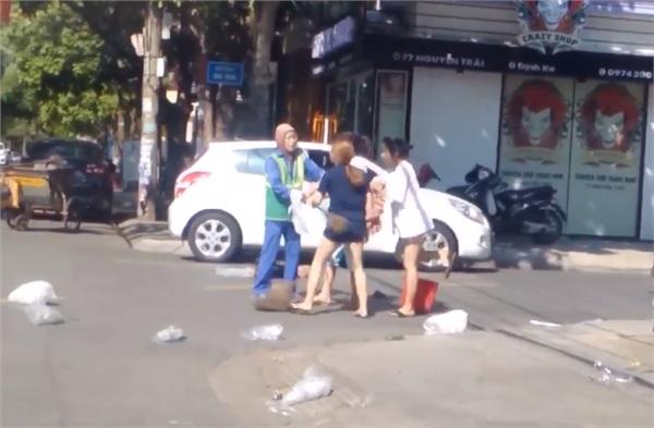 Vứt rác đầy đường bị nhắc nhở, chủ shop quay sang đánh cô lao công túi bụi? - Hình 5