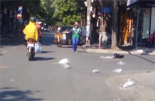 Vứt rác đầy đường bị nhắc nhở, chủ shop quay sang đánh cô lao công túi bụi? - Hình 4