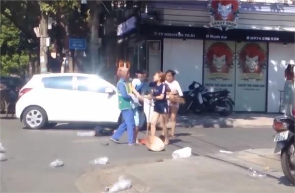 Vứt rác đầy đường bị nhắc nhở, chủ shop quay sang đánh cô lao công túi bụi? - Hình 3