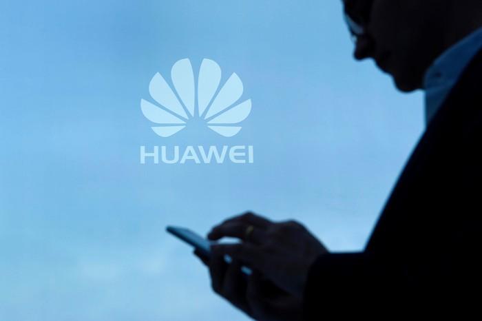 Bloomberg: Mỹ diệt Huawei, chiến tranh lạnh công nghệ bùng nổ - Hình 2