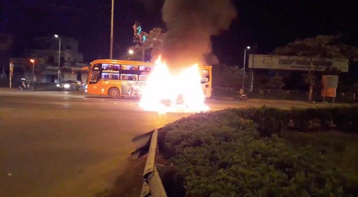 Chờ đèn đỏ, xe 4 chỗ bốc cháy ngùn ngụt - Hình 1