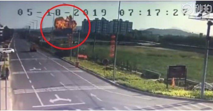 Clip: Khoảnh khắc kinh hoàng chiến đấu cơ Trung Quốc đâm xuống đất nổ tung - Hình 2