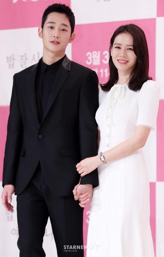 Hình ảnh déjà vu của mỹ nam Jung Hae In: Lại đóng cặp và nắm tay thân mật cùng 1 chị đẹp, nhưng không phải là Son Ye Jin - Hình 4