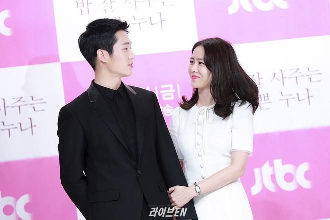 Hình ảnh déjà vu của mỹ nam Jung Hae In: Lại đóng cặp và nắm tay thân mật cùng 1 chị đẹp, nhưng không phải là Son Ye Jin - Hình 9